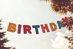 Gekleurde brievenverjaardag op hemelachtergrond royalty-vrije stock foto's