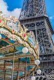 Gekleurde carrousel over de toren van Eiffel in Parijs Frankrijk Stock Afbeeldingen