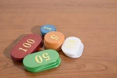 Gekleurde casinospaanders op een houten lijst stock foto