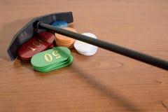 Gekleurde casinospaanders op een houten lijst royalty-vrije stock afbeelding