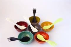 Gekleurde Ceramische Schotels met Sporks Stock Foto's