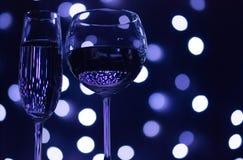 Gekleurde champagne en wijnstokglazen royalty-vrije stock afbeelding