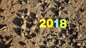 gekleurde cijfers om het aantal 2018 op de maanoppervlakte te vormen Stock Fotografie