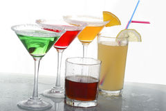Gekleurde cocktails & wisky stock afbeelding