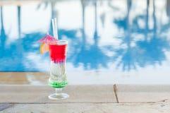 Gekleurde cocktails op een achtergrond van water Royalty-vrije Stock Foto