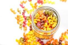 Gekleurde deegwaren in een kruik Royalty-vrije Stock Foto's