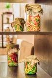 Gekleurde deegwaren in glaskruik Stock Afbeeldingen