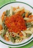 Gekleurde deegwaren met tomatensaus Royalty-vrije Stock Afbeeldingen