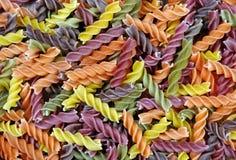 Gekleurde deegwaren op een houten lijst Royalty-vrije Stock Afbeeldingen