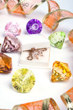 Gekleurde diamanten en gouden Stock Afbeeldingen