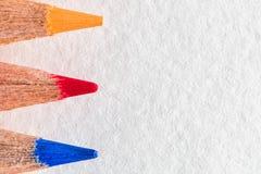 Gekleurde dichte omhooggaande potloden op witte achtergrond Stock Foto's