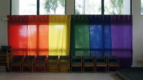Gekleurde die banners over vensters worden gedrapeerd Royalty-vrije Stock Fotografie