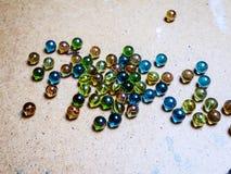 Gekleurde die glasballen op een houten oppervlakte worden verspreid royalty-vrije stock afbeelding