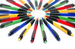 Gekleurde die pennen in een cirkel worden geschikt Stock Foto