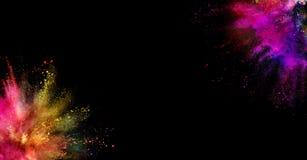 Gekleurde die poederexplosie op zwarte achtergrond wordt geïsoleerd Royalty-vrije Stock Afbeeldingen