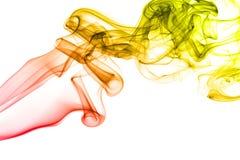 Gekleurde die rook op witte achtergrond wordt geïsoleerd Stock Foto's