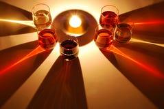 Gekleurde die schaduwen van wijnglas door een kaars worden verlicht Stock Foto's