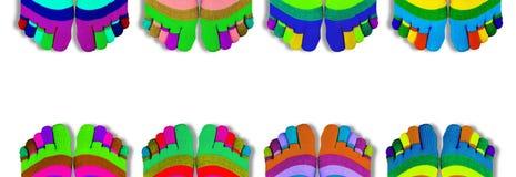 Gekleurde die Sokken met vingers op wit worden geïsoleerd Panorama stock foto's