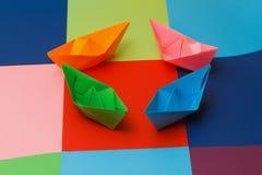 Gekleurde document boten op de kleurrijke achtergrond Stock Afbeeldingen