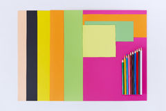 Gekleurde Document en Kleurpotloden op Witte Achtergrond Stock Afbeelding