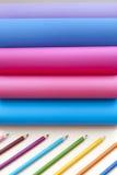 Gekleurde document regenboog en kleurpotloden Royalty-vrije Stock Foto