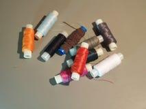 Gekleurde draadclose-up Multi-colored draden voor borduurwerk stock fotografie
