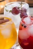 Gekleurde dranken of cocktails in een bar Stock Afbeeldingen