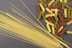Gekleurde droge ongekookte vermicellideegwaren Stock Afbeeldingen