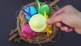 Gekleurde eieren in de kar, zetten zij een strohoed stock videobeelden