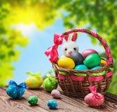 Gekleurde eieren in de mand Royalty-vrije Stock Afbeeldingen