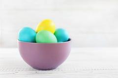 Gekleurde eieren in een kom Stock Afbeelding