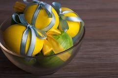 Gekleurde eieren in een transparante kom Stock Afbeeldingen