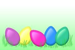 Gekleurde eieren in gras Stock Afbeelding