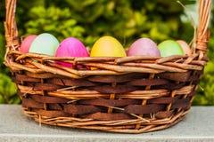 Gekleurde eieren in mand Stock Afbeelding