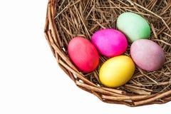 Gekleurde eieren in mand met hooi Royalty-vrije Stock Foto