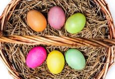 Gekleurde eieren in mand met hooi Royalty-vrije Stock Fotografie