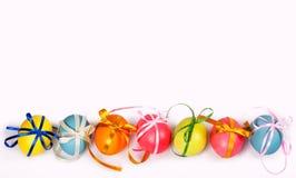 Gekleurde eieren met bogen Royalty-vrije Stock Afbeeldingen