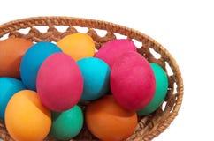 Gekleurde eieren op een witte achtergrond Stock Afbeeldingen