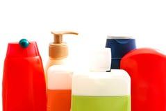 Gekleurde flessen met gel en shampoo op wit Stock Afbeelding