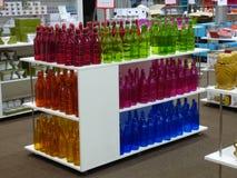 Gekleurde flessen in winkelvertoning Royalty-vrije Stock Foto