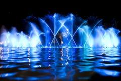 Gekleurde fontein in nacht stock foto