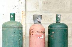 Gekleurde gaz flessen in de straat Stock Foto's