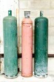 Gekleurde gaz flessen in de straat Stock Fotografie