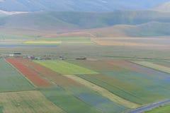 Gekleurde gebieden in Piano Grande, Monti Sibillini NP, Umbrië, Ital Stock Fotografie
