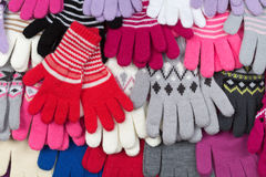 Gekleurde gebreide handschoenen royalty-vrije stock afbeelding