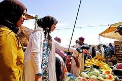 Gekleurde geklede vrouwen in souk van de stad van Rissani in Marokko royalty-vrije stock fotografie