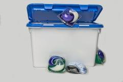 Gekleurde gelcapsules voor was in een plastic container stock foto