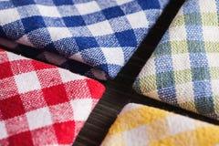 Gekleurde geruite tafelkleden op houten lijst Stock Fotografie