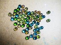 Gekleurde glasballen die op een houten oppervlakte worden verspreid royalty-vrije stock foto
