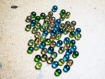 Gekleurde glasballen die op een houten oppervlakte worden verspreid royalty-vrije stock afbeelding
